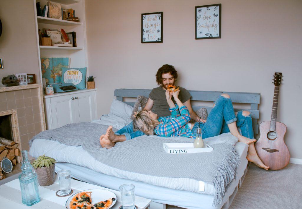 ベッドルームのカップルたち