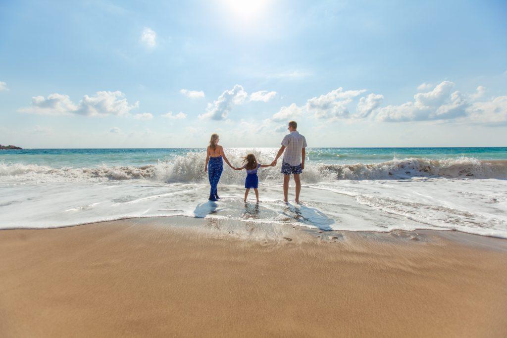 海辺を歩く仲の良い親子