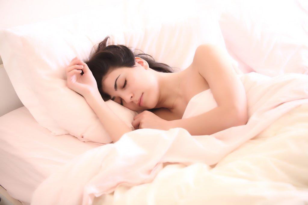 いい香りに包まれて眠る女性